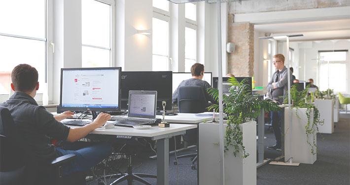 miarbeiter arbeiten am computer