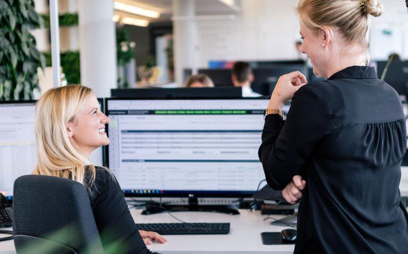 Zwei Mitarbeiterinnen welche sich über die Absprungrate austauschen.